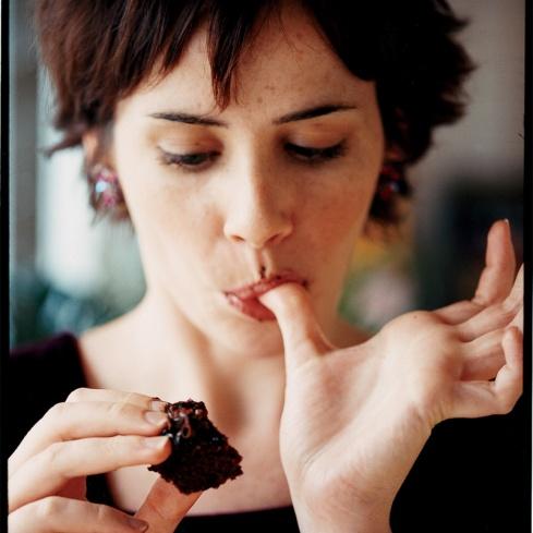 mulher comendo chocolate amargo