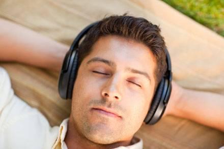 homemouvindo musica